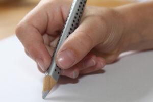 Den Stift im Griffhaben